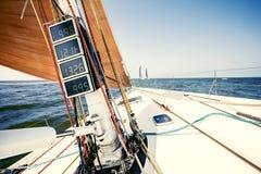 Segelschiffyachten mit weißen Segeln stockfotos