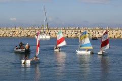 Segelschuleteilnehmer-Fahrsegelboote in Hertzlija-Jachthafen Stockbilder