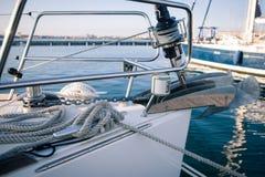 Segelsport, Handkurbel und Seile segelnd die Front des Bootes lizenzfreie stockfotos