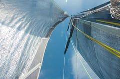 Segelsport, Segeln, Wettbewerb, Kreuzfahrt, Regatta, Freiheit, Abenteuerkonzept Schließen Sie oben vom Yachtmast und vom silberne Stockfotos