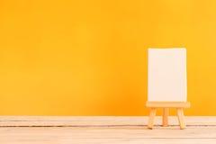 Segeltuch auf einem Holztisch Lizenzfreies Stockbild