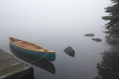 Segeltuch Cedar Canoe Tied zu einem Dock Stockbilder