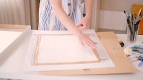 Segeltuch-Rahmenbrett des Künstlerarbeitsplatzes weibliches schottisches stock video