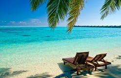Segeltuch-Stühle auf tropischem Strand Stockfotos