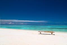 Segeltuch-Stuhl auf tropischem Strand Stockfotografie