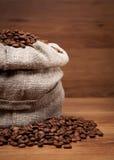 Segeltuchbeutel mit Kaffeebohnen Stockfoto