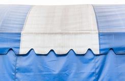 Segeltuchblau und -WEISS Stockfoto