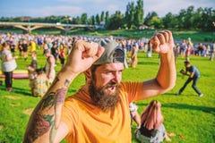 seger Skäggig man som firar seger på sommarnaturen Lycklig hipster som firar och gör vinnaregest enjoy royaltyfri foto