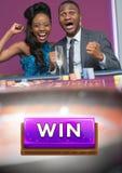 Segerknapp och par som firar i kasino fotografering för bildbyråer