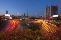 Segermonument och trafik i Bangkok royaltyfria bilder