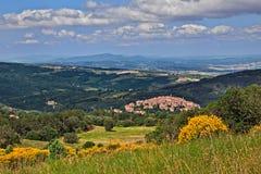 Seggiano Grosseto, Tuscany, Italien: landskap av bygden med den forntida kullestaden royaltyfri foto