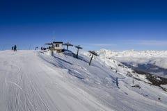 Seggiovia ad area italiana dello sci di Pila sulle alpi e sui pini innevati durante l'inverno con il Mt Blanc in Francia visibile Fotografia Stock Libera da Diritti