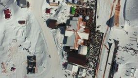 Seggiovia ad una stazione sciistica su un chiaro e su un freddo Siluetta dell'uomo Cowering di affari Stazione sciistica Gli scia video d archivio
