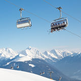 Seggiovia alla stazione sciistica alpina immagini stock