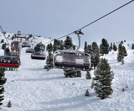 Seggiovia che ci porta alle cime della montagna delle alpi austriache Fotografie Stock