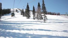 Seggiovia del pattino con gli sciatori stock footage