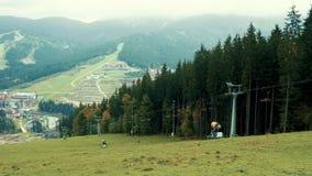 Seggiovia della teleferica o funicolare lungo la foresta dell'autunno del paesaggio della montagna archivi video