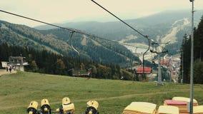 Seggiovia della teleferica o funicolare sull'autunno superiore della montagna archivi video