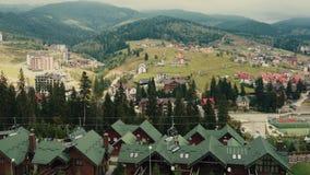 Seggiovia della teleferica o funicolare sull'autunno superiore della montagna video d archivio