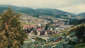 Seggiovia della teleferica o funicolare sull'autunno superiore della montagna Vista panoramica di catena montuosa carpatica, stock footage