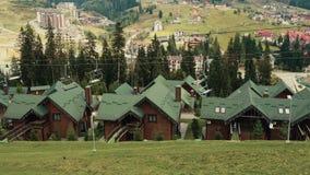 Seggiovia della teleferica o funicolare sull'autunno superiore della montagna Vista panoramica di catena montuosa e delle case ca archivi video