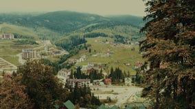 Seggiovia della teleferica o funicolare sull'autunno superiore della montagna stock footage