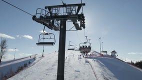 Seggiovia dello sci con la gente che si alza, vista al meccanismo della seggiovia video d archivio
