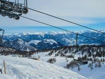 Seggiovia dello sci nella località di soggiorno alpina Immagine Stock
