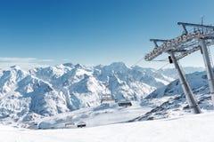 Seggiovia nella stazione sciistica alpina Supporto e posti vuoti picchi di montagna Neve-ricoperti Fotografie Stock Libere da Diritti