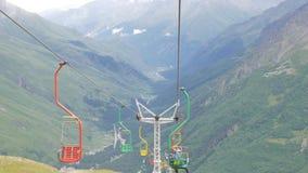 Seggiovia in una stazione sciistica vuota di estate Turisti che visitano la valle ed i ghiacciai archivi video