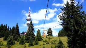 Seggiovia vuota che sale nella stazione sciistica della montagna di inverno di Pamporovo in Bulgaria durante l'estate archivi video