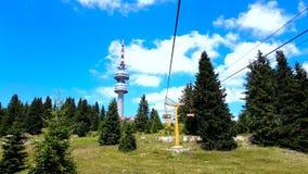 Seggiovia vuota che sale nella stazione sciistica della montagna di inverno di Pamporovo in Bulgaria durante l'estate stock footage