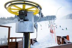 Seggiovie a piedi del pendio dello sci alle alpi austriache Immagine Stock Libera da Diritti