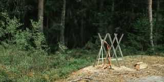 Seghe di arco su un sawbuck fotografie stock libere da diritti