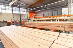 Segheria dell'impianto industriale - produzione dei bordi di legno con il modo fotografie stock libere da diritti