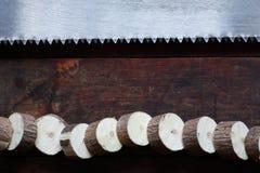 Seghetto a mano per metalli su legno Fotografia Stock