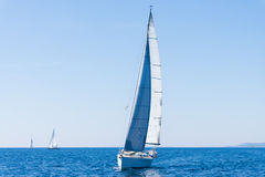 Segla av en segelbåt segla yachten på vattenmasten Royaltyfri Fotografi