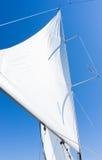 Segla av en segelbåt Segla yachten på vattnet Arkivfoton