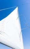 Segla av en segelbåt Segla yachten på vattnet Arkivbild