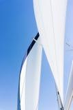 Segla av en segelbåt Segla yachten på vattnet Royaltyfria Bilder