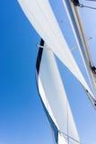 Segla av en segelbåt Segla yachten på vattnet Royaltyfri Foto