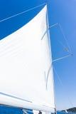 Segla av en segelbåt Segla yachten på vattnet Royaltyfri Bild