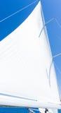 Segla av en segelbåt Segla yachten på vattnet Royaltyfria Foton