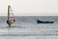 Segla brädet i havet som vindsurfar Royaltyfria Bilder