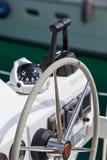 Segla det yachtkontrollhjulet och verktyget Arkivfoton