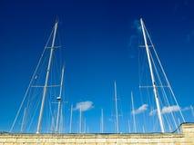 Segla fartyg bak en vägg Fotografering för Bildbyråer