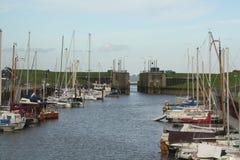 Segla fartyg i hamnen Royaltyfri Bild