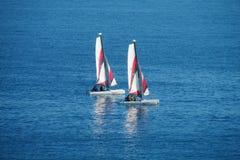 Segla fartyg i havet Arkivfoton