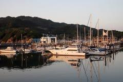 Segla fartyg i liten port på solnedgången, Japan Fotografering för Bildbyråer