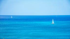 Segla fartyg i Stilla havet precis av kusten på Ko Olina Royaltyfri Foto